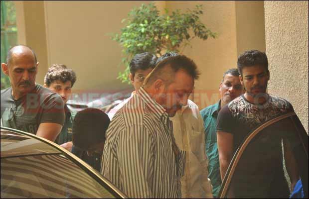 sanjay-dutt-leaves-for-jail12