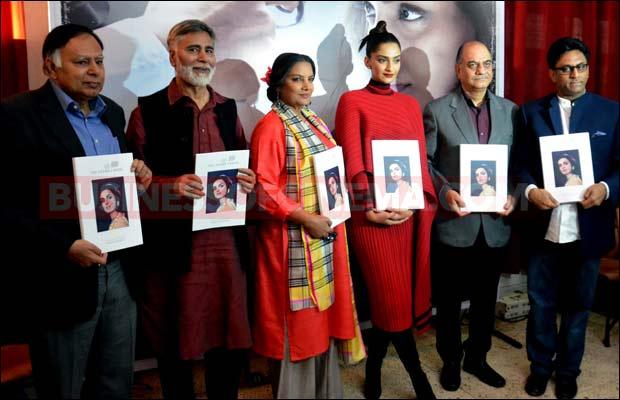 Sonam-Kapoor-delhi--16