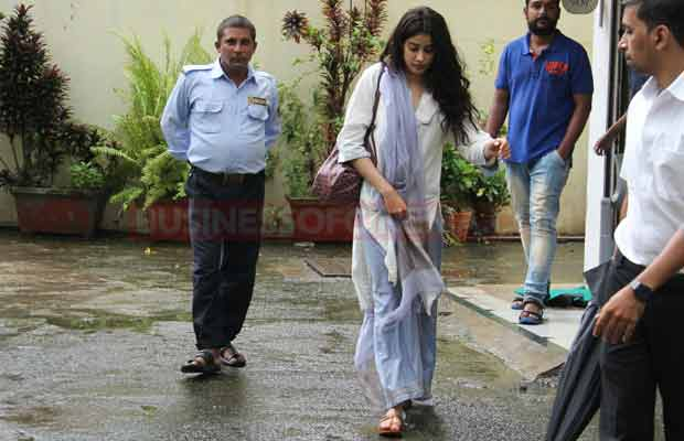 Photos: Jhanvi Kapoor Dons This Traditional Look As She Comes Out Of Her Dance Classes