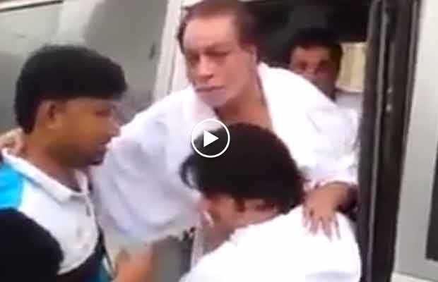 This Viral Video Of Kader Khan Being Taken on Wheelchair For Ramzan Prayers Will Leave You Emotional!