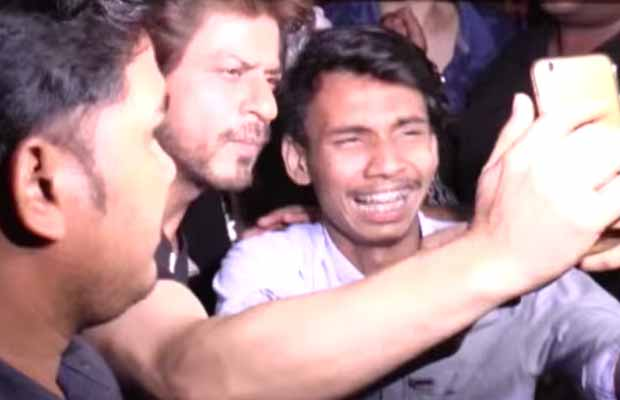 Watch: Shah Rukh Khan's Fan Cries Badly At Jab Harry Met Sejal Song Launch, Here's What Happened Next!